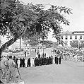 De koninklijke stoet op weg naar het Monument voor de gevallenen. Op de voorgron, Bestanddeelnr 252-4248.jpg