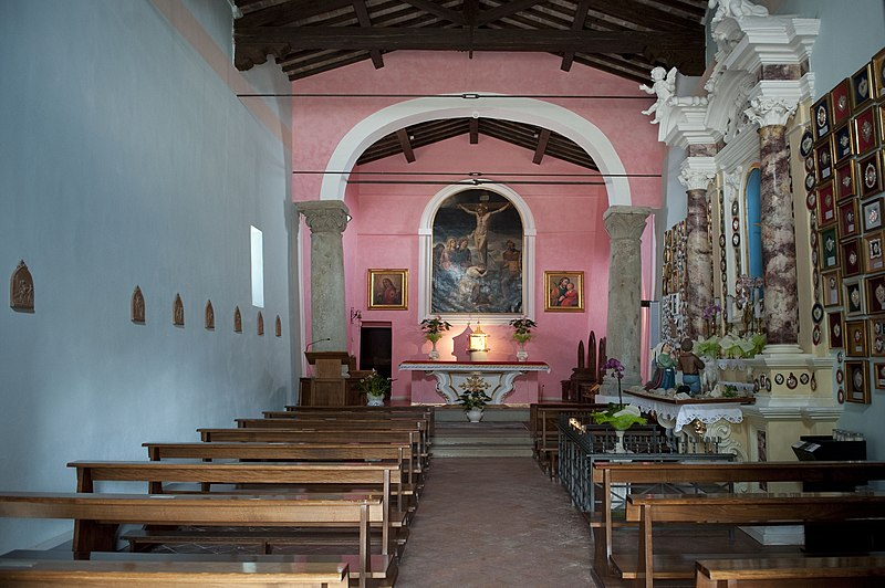 File:Dentro chiesa montignoso.jpg