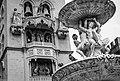 Dettagli della Fontana Orione con alle spalle il Campanile del Duomo di Messina.jpg