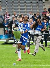 Didier Drogba celebra la vittoria della prima Champions League nella storia del club londinese