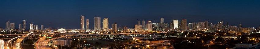 Panorama miamské části Downtown v noci.