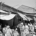 Drukbezocht marktstraatje in de stad, Bestanddeelnr 255-2276.jpg