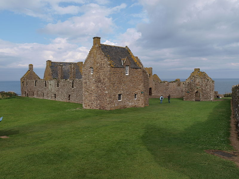https://upload.wikimedia.org/wikipedia/commons/thumb/f/f2/Dunnottar_Castle_quadrangle.jpg/800px-Dunnottar_Castle_quadrangle.jpg