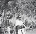 ETH-BIB-Abessinischer Mann vor Gruppe mit Soldaten-Abessinienflug 1934-LBS MH02-22-0668.tif