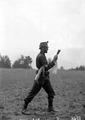 Ein Grenadier mit zwei Handgranaten - CH-BAR - 3238663.tif