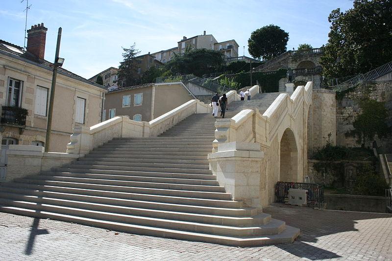 File:Escalier monumental en partie rénové.jpg