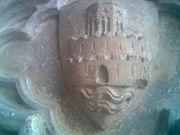 Unos de los primeros escudos para la ciudad de Valencia tras la conquista cristiana, una ciudad amurallada sobre las aguas del r�o.