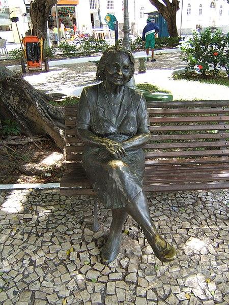 Ficheiro:Estatua de Rachel de Queiroz.JPG
