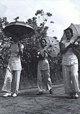 Ethnic Chinese girls in Labuan with their traditional attire, 1945.jpg