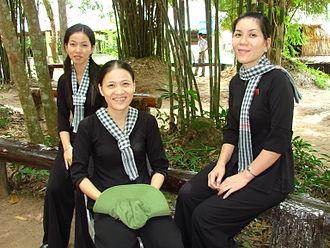 Khăn rằn - A museum exhibition shows woman wearing the characteristic black-and-white checkered khăn rằn headscarf and black áo bà ba tunic