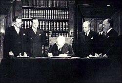 Enrico De Nicola firma la Costituzione il 27 dicembre 1947
