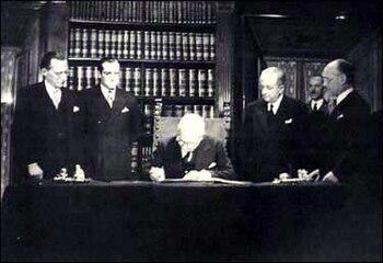 Enrico de Nicola firma la constitución.