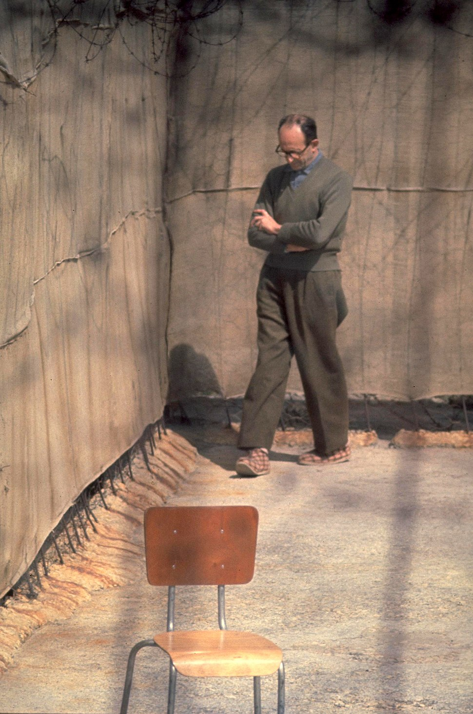 Flickr - Government Press Office (GPO) - Nazi war criminal Adolf Eichmann walking in yard of his cell in Ramle prison