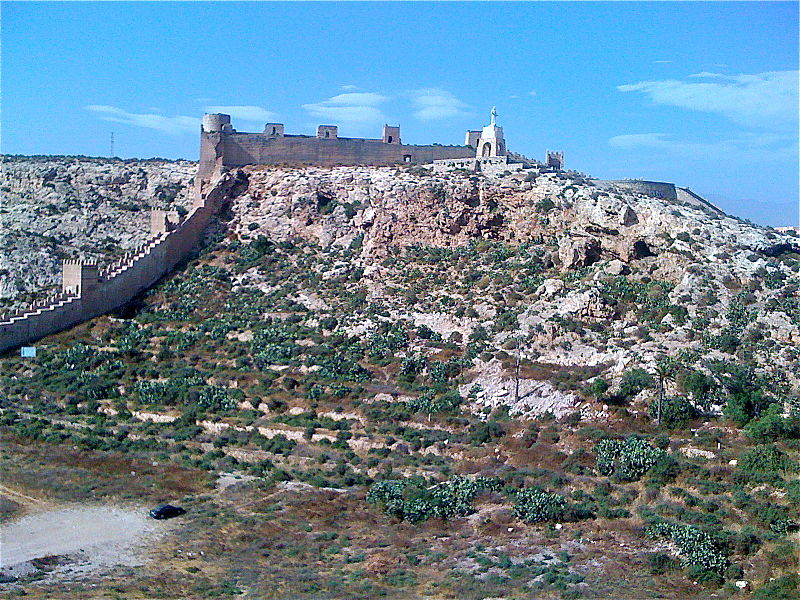File:Frontal view of walls of Alcazaba.jpg
