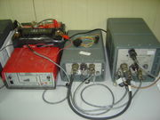 Les géophysiciens doivent souvent installer de l'équipement sur le terrain. Ici, un numériseur de données sismiques et un disque dur reliés par un câblage SCSI de terrain.