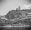 Gezicht op Kaub met ruïne Burg Gutenfels en op de kade het standbeeld van Gener…, Bestanddeelnr 254-1151.jpg