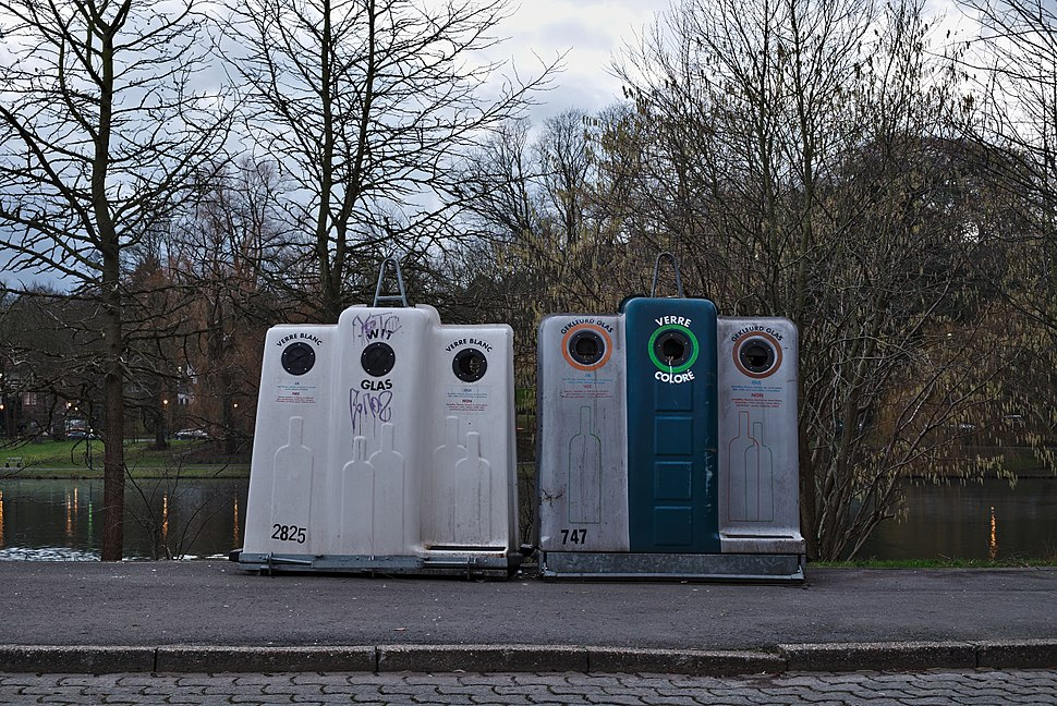 Glass salvage containers in front of Park Tenreuken during the day (Auderghem, Belgium, DSCF2709)