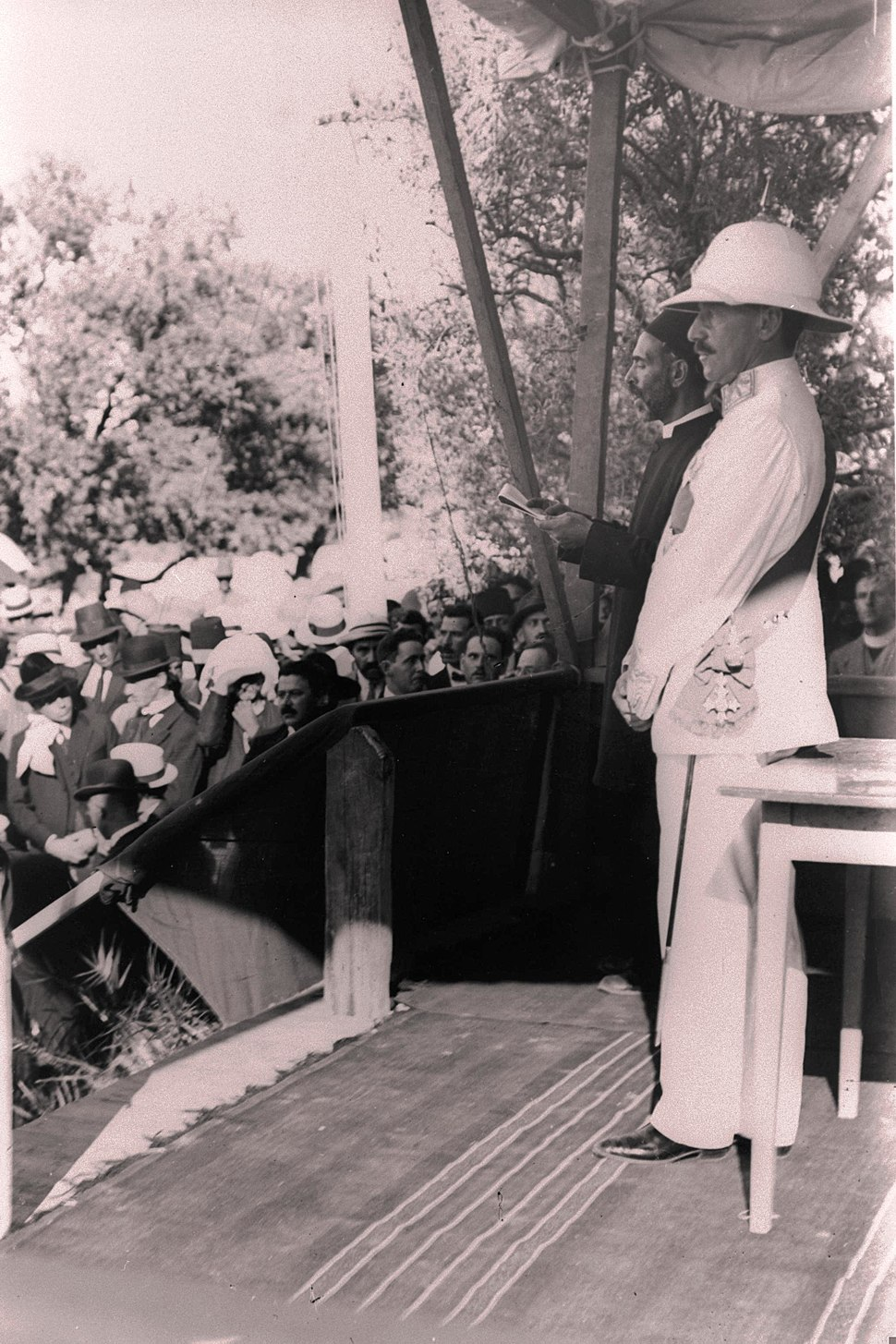 Herbert Samuel listening to the reading of the monarch's manifesto establishing civilian rule in the Land of Israel D220-105