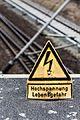 Hochspannungszeichen am Bahnhof Birkenwerder 20160315 20.jpg