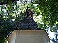 Horní Počernice, Křovinovo náměstí, kaple, šindelová střecha.jpg