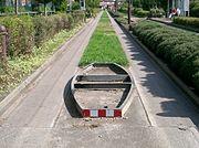 ガイドウェイバス専用走行路の例(イギリス・イプスウィッチ)。 枠状のものが一般車両の進入を防ぐためのもので、左右の車輪がこれより広く、車体底部がこれより高い車両でないと通行できないようにしている
