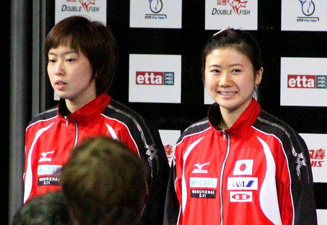 2011年11月、ロンドンのエクセルで行われたロンドン五輪・テスト大会を兼ねたプロツアー・グランドファイナルにて石川と福原(右)Wikipediaより