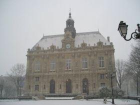 La mairie d'Ivry-sur-Seine, sous la neige, en février 2005.