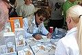Jesus Quintero firmando en la Feria del Libro de Madrid de 2007.jpg