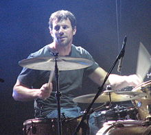 Jon Coghill actuando con Powderfinger en la gira Across the Great Divide el 8 de septiembre de 2007.