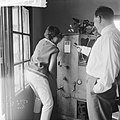 Josephine Baker in Kasteel Les Milandes Van Stipriaan met J B aan pianola, Bestanddeelnr 912-6513.jpg
