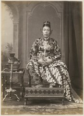KITLV 10002 - Kassian Céphas - Hamengkoe Buwono VII sultan of Yogyakarta, in court dress - Around 1885.tif