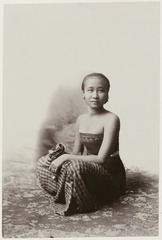 KITLV 28540 - Kassian Céphas - Studio picture of a young woman, presumably at Yogyakarta - Around 1900.tif