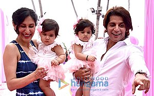 Karanvir Bohra - Image: Karanvir and Teejay with their daughters