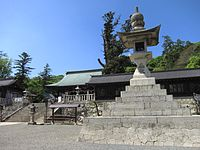 Kibitsuhiko-jinja tourou and haiden.JPG