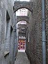 foto van Gemetselde bogen en een keienbestrating tussen de monumenten Noordenbergstraat 15 en 17