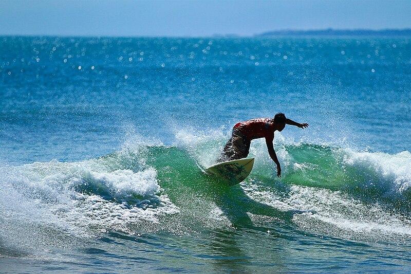 Ilustrasi berselancar surfing di Pantai Kuta