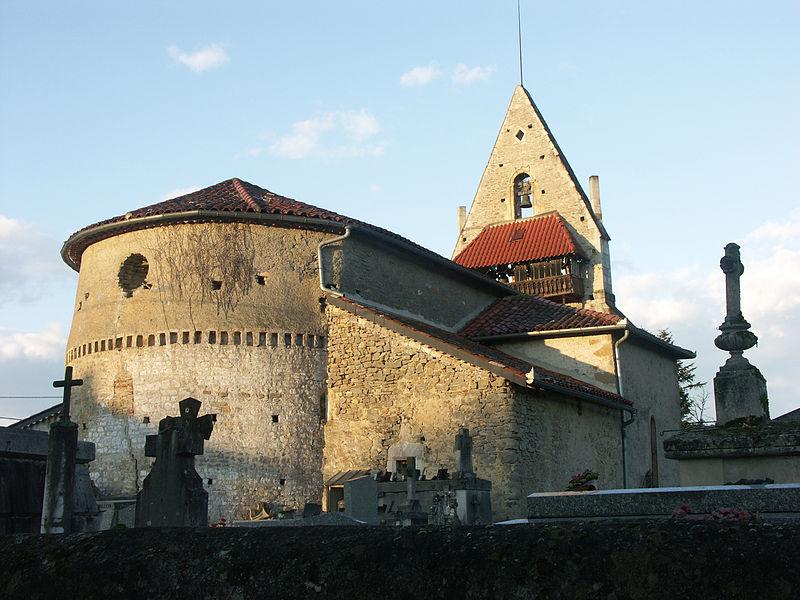 L'église Saint-Sébastien à Ganties (Haute-Garonne), son abside romane et son clocher-pignon.