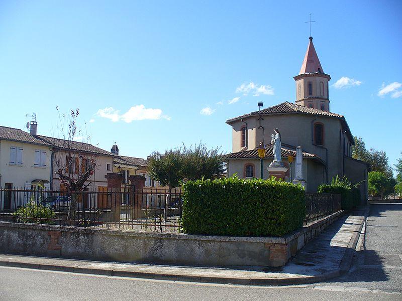 Pelleport (31): l'église Notre-Dame et les maisons de village de la rue principale