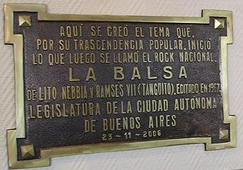 Plaque en hommage à La Balsa sur la façade du Bar La Perla à Buenos Aires