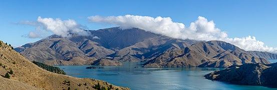 Lake Benmore with surrounding hills, New Zealand 01.jpg