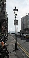 Lanterna kolono en 16 kaj 17 Charlotte Street, Brajtono (IoE Code 480047).jpg