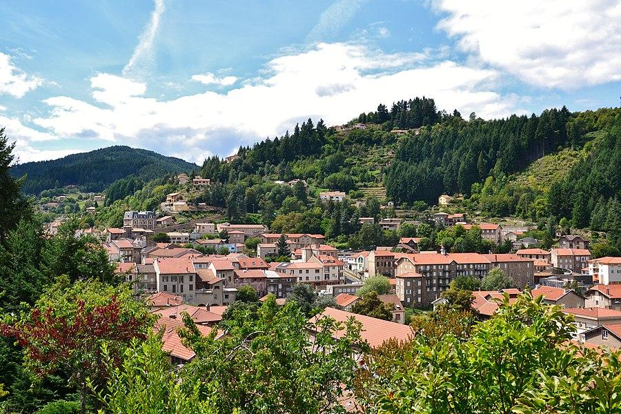 Vue de la ville du Cheylard (Ardèche, France) depuis la route de Saint-Christol (D264).