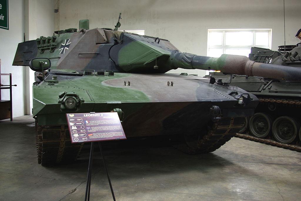 https://upload.wikimedia.org/wikipedia/commons/thumb/f/f2/Leopard_2_Saumur.jpg/1024px-Leopard_2_Saumur.jpg