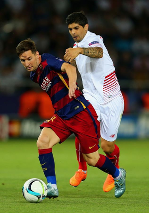 Éver Banega - Barcelona's Lionel Messi dribbling past Banega in the 2015 UEFA Super Cup