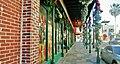 Long corridor de commerces sur la 7ième Avenue Est à Ybor City, Tampa, Florida, USA - panoramio.jpg