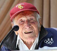 Louis Zamperini ĉe proklamo de 2015 Turniro de Rozoj Grandioza Marshal.JPG