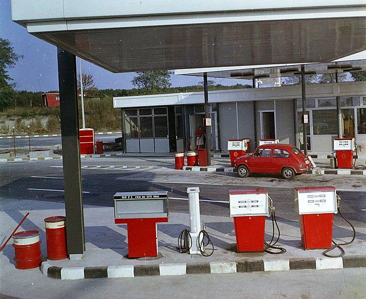 File:M7-es, benzinkút a 94-es km-nél. Fortepan 94948.jpg