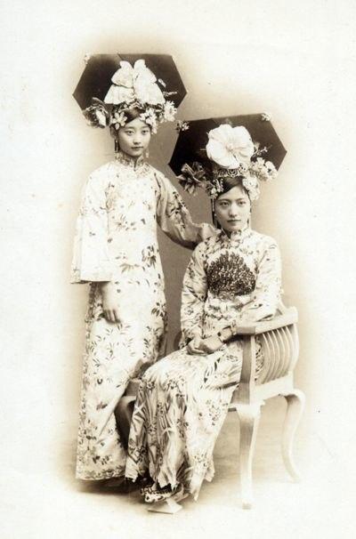 Manchu noble ladies in 1900s.jpg