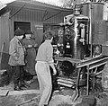 Mannen bij een distilleerketel, Bestanddeelnr 252-9465.jpg