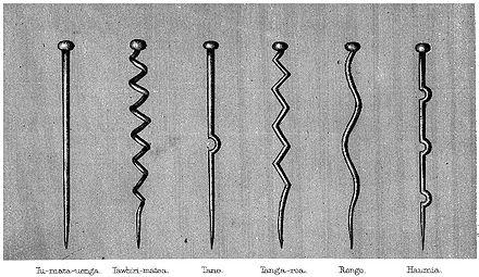 Die sechs wichtigsten Māori-Götter, symbolisiert durch Holzstifte ...